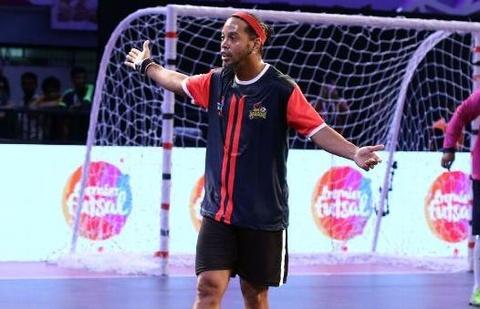 Ronaldinho gian doi bo tran vi thua doi Ryan Giggs hinh anh