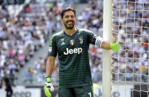 Khoanh khac cuoi cung cua Buffon trong mau ao Juventus hinh anh