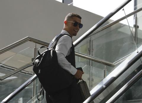 Ronaldo cung dong doi banh bao len duong ve nuoc hinh anh 5