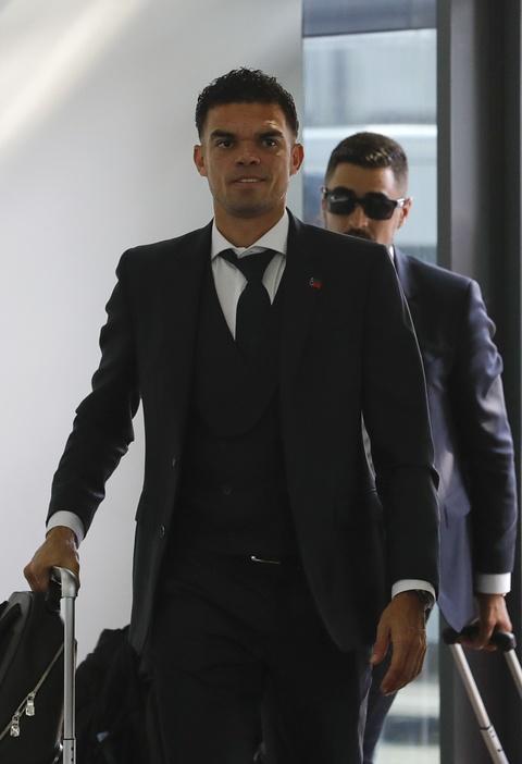 Ronaldo cung dong doi banh bao len duong ve nuoc hinh anh 7