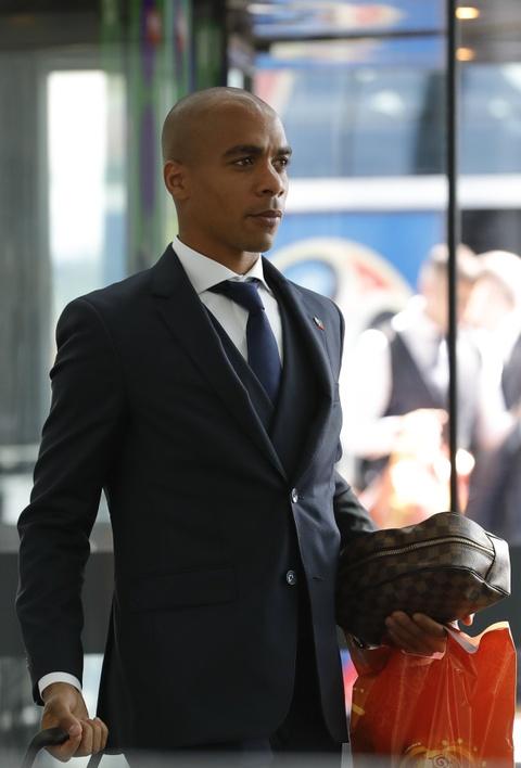 Ronaldo cung dong doi banh bao len duong ve nuoc hinh anh 8