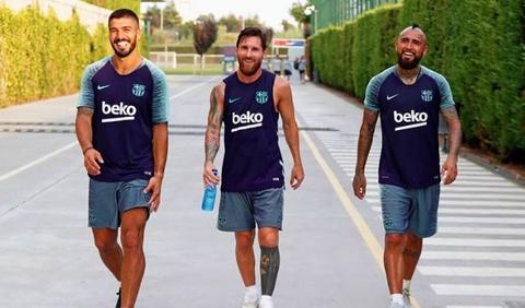 Vidal lam than voi Messi trong buoi tap dau tien hinh anh