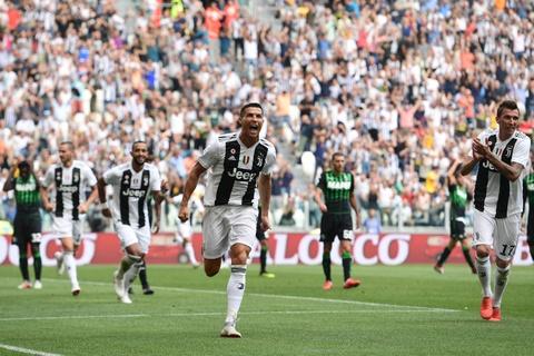 Juventus vs Valencia: Cho Ronaldo dap tra 'chien thu' cua Messi hinh anh