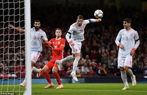 Bale rang ro nhan giai thuong trong ngay DT xu Wales bi vui dap hinh anh 4