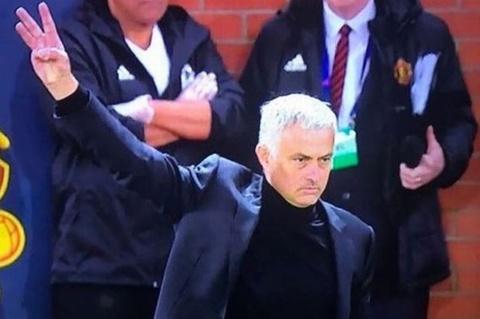 Mourinho lam CDV Juventus be mat chi voi 3 ngon tay hinh anh