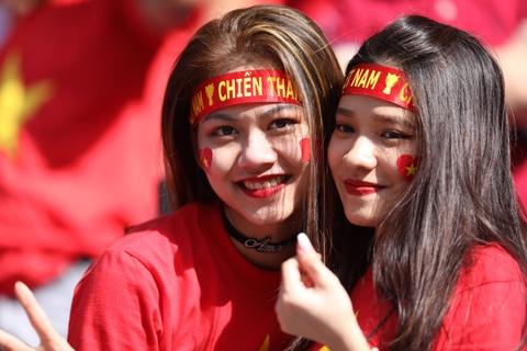 Cổ động viên nữ Việt Nam khoe sắc trên khán đài sân Al-Maktoum