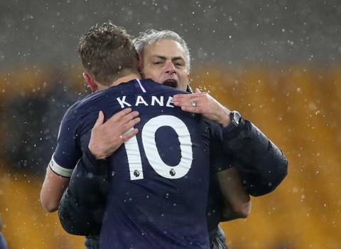 Mourinho an mung cam xuc khi giup Tottenham vuot MU hinh anh