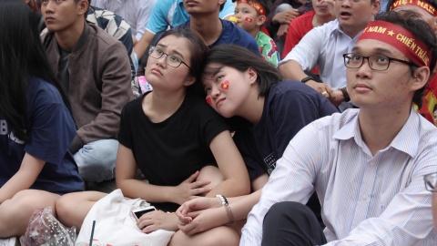 Fan nu buon ba khi Olympic Viet Nam bi dan ban hinh anh