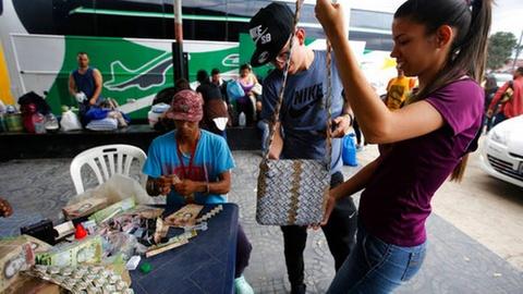Lam phat o Venezuela: Dung bao tai thay cho vi, can tien thay vi dem hinh anh 12