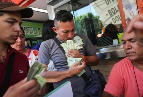 Lam phat o Venezuela: Dung bao tai thay cho vi, can tien thay vi dem hinh anh 1