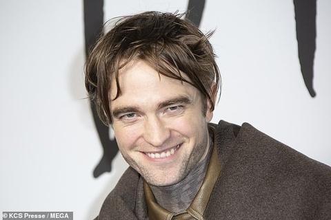 Robert Pattinson xuat hien voi guong mat hoc hac, pho phac kho hieu hinh anh