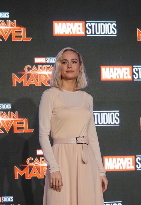 Nguoi dep Captain Marvel tung khoc loc, van xin khi dong sieu anh hung hinh anh 2