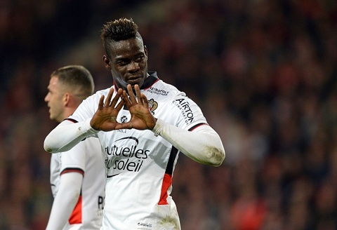 Balotelli lap cu dup giup Nice vuot mat Paris Saint Germain hinh anh