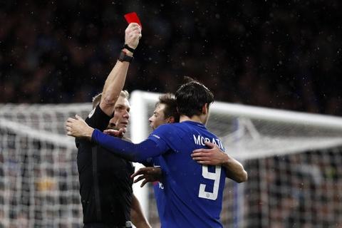 Bi duoi 2 nguoi, Chelsea danh bai Norwich tren cham luan luu hinh anh