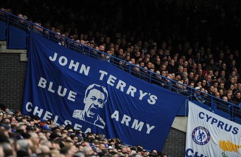 Dang sau nhung tam banner tren san Stamford Bridge hinh anh