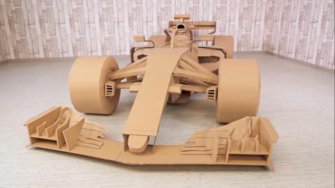 Nguoi dan ong lam xe dua F1 tu bia carton hinh anh