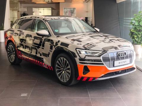 Cận cảnh SUV điện Audi e-tron đầu tiên xuất hiện tại VN