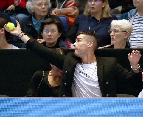 Ronaldo va con trai den xem tran dau giua Djokovic va Isner hinh anh