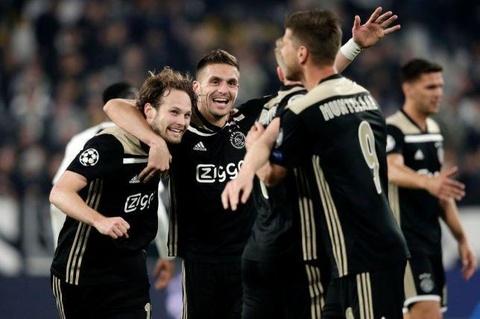 Cau thu Ajax vuon len tu mac hang thai Premier League hinh anh 1