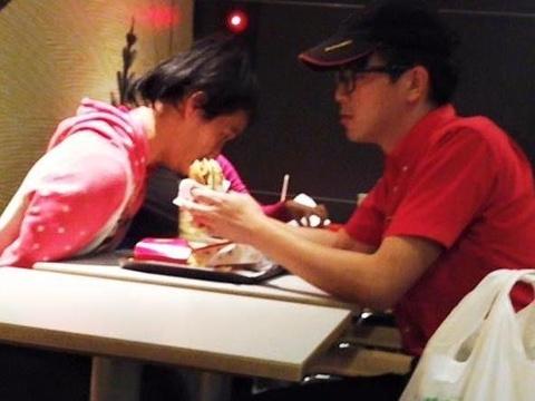 Chang nhan vien McDonald giup nguoi tan tat an banh hinh anh