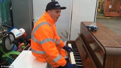 chang cong nhan choi piano tai bai rac hinh anh