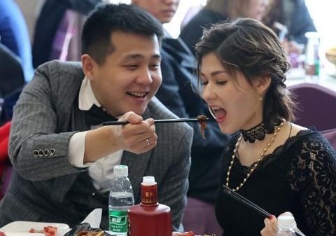 Chang trai khong xe, khong nha van cuoi duoc vo hot girl hinh anh