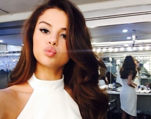 Selena Gomez chao Viet Nam khi dang phat truc tiep hinh anh