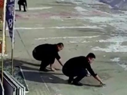 Hanh dong bat ngo cua 4 thanh nien khi thay ong lao danh roi tien hinh anh