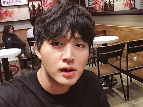 Hot boy Woossi cover hit 'Nguoi am phu' bang tieng Han hinh anh