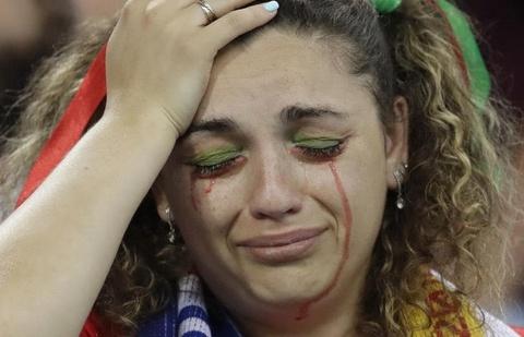 Nguoi nghen ngao, ke nem tivi khi Messi, Ronaldo roi World Cup hinh anh