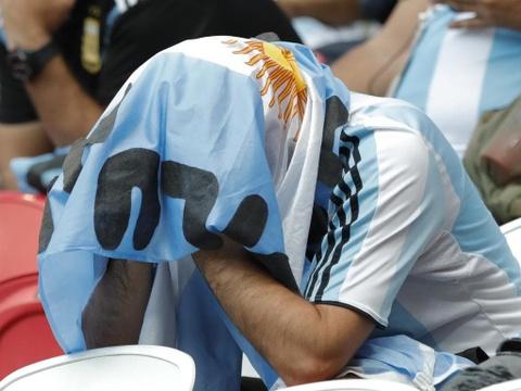 Nguoi nghen ngao, ke nem tivi khi Messi, Ronaldo roi World Cup hinh anh 6