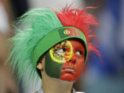 Nguoi nghen ngao, ke nem tivi khi Messi, Ronaldo roi World Cup hinh anh 14
