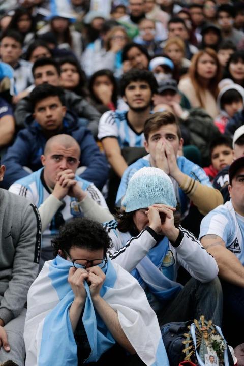Nguoi nghen ngao, ke nem tivi khi Messi, Ronaldo roi World Cup hinh anh 8