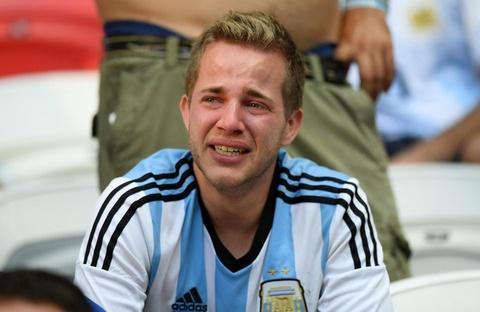 Nguoi nghen ngao, ke nem tivi khi Messi, Ronaldo roi World Cup hinh anh 4