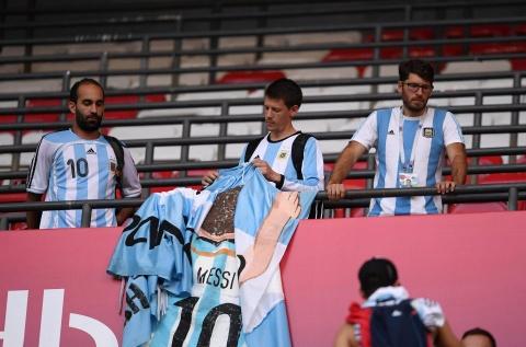 Nguoi nghen ngao, ke nem tivi khi Messi, Ronaldo roi World Cup hinh anh 12
