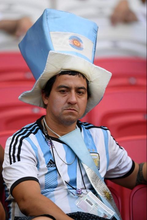Nguoi nghen ngao, ke nem tivi khi Messi, Ronaldo roi World Cup hinh anh 11