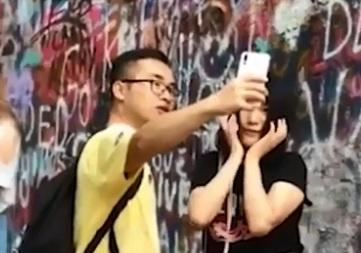 Co gai dung ban trai de chup anh selfie hinh anh