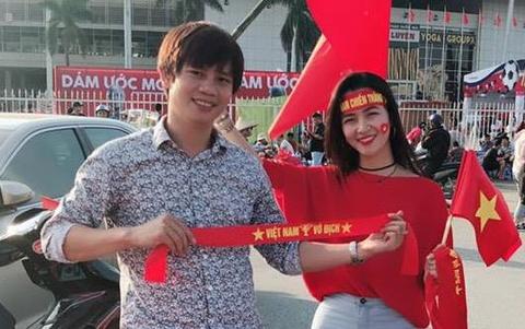 Nữ CĐV Việt Nam được nhiều người xin chụp ảnh cùng ở sân Mỹ Đình
