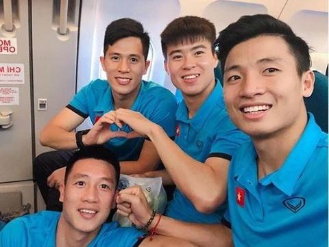 Cau thu tuyen Viet Nam hao hung check-in sang Malaysia da chung ket hinh anh