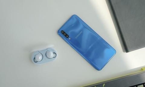 Chi tiet Galaxy A50 o VN - 3 camera, van tay duoi kinh, gia 7 trieu hinh anh 1
