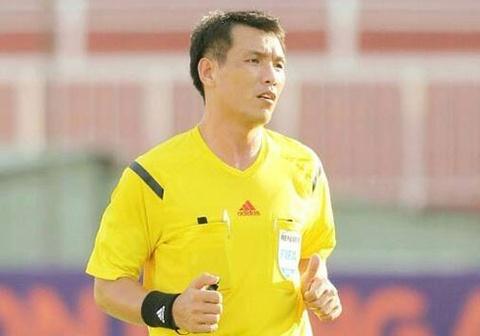 Cuu trong tai FIFA Dinh Van Dung bao ve trong tai thoi phat den HAGL hinh anh