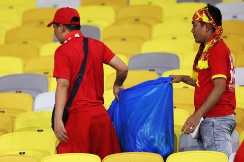 CĐV Việt Nam dọn rác ở sân Bukit Jalil sau chung kết lượt đi AFF Cup