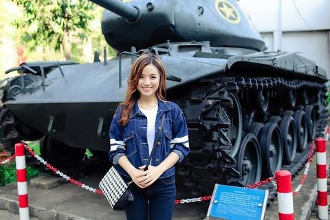 Hot girl Ha Anh tham bao tang TP HCM dip le 30/4 hinh anh