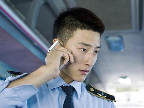Chang phu xe buyt dien trai bat ngo noi tieng tren mang hinh anh