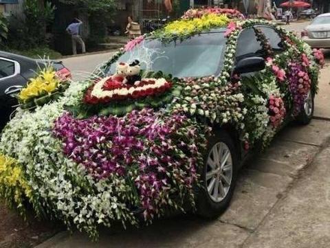 Chiec xe ruoc dau trang tri day hoa tuoi hinh anh