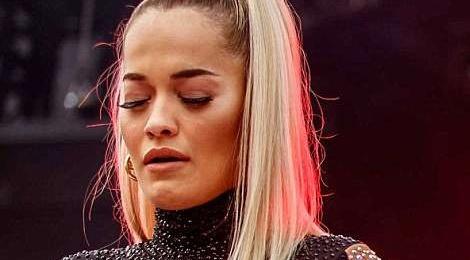 Rita Ora roi nuoc mat, ke ve ki niem voi Avicii tren san khau hinh anh