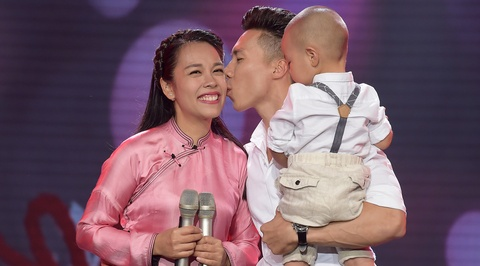 'Hoang tu xiec' Quoc Nghiep khoe giong hat ben vo con hinh anh