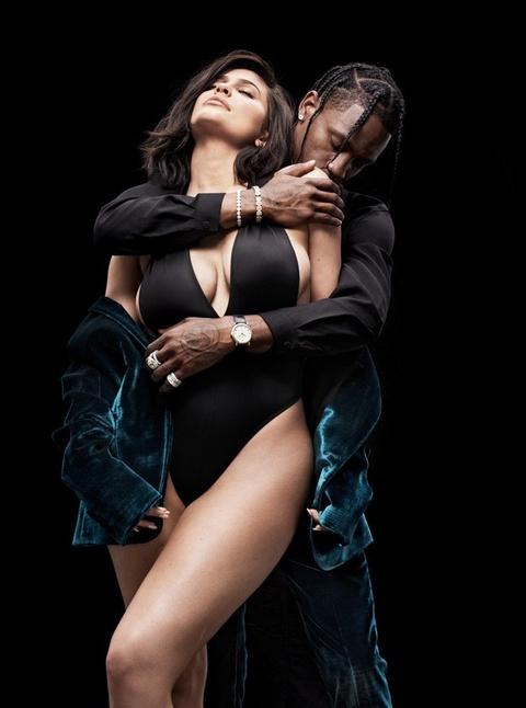 Kylie Jenner tao dang nong bong ben ban trai rapper tren tap chi hinh anh 6
