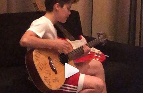 Hat hit cua Justin Bieber, con trai Victoria Beckham duoc khen ngoi hinh anh