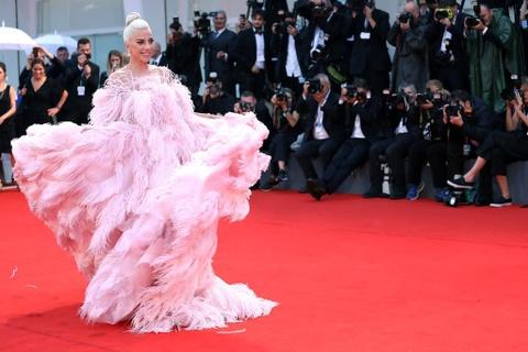 Lady Gaga, ban gai Neymar mac dep nhat tham do LHP Venice 2018 hinh anh 1